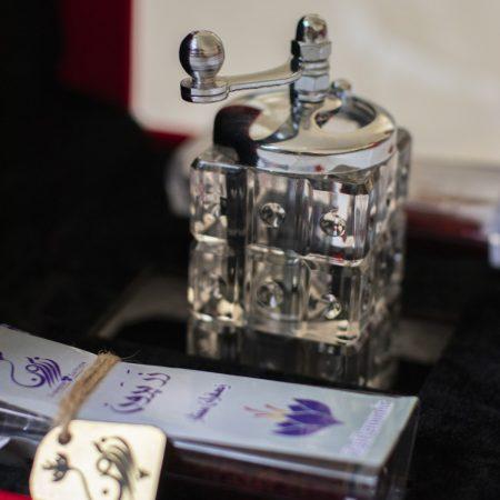 زعفران ممتاز هدیه ویژه الماس با آسیاب نمای نزدیک